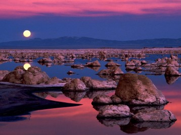 Moonrise_at_Mono_Lake,_California